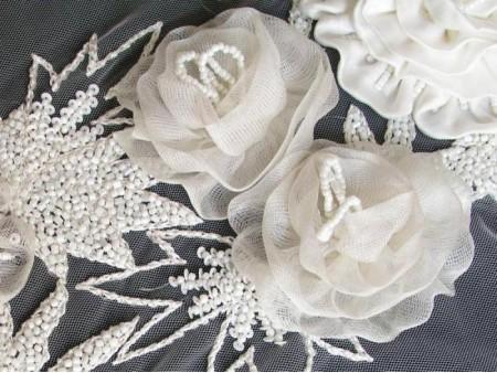 Ruban large de broderie en relief de roses perlées