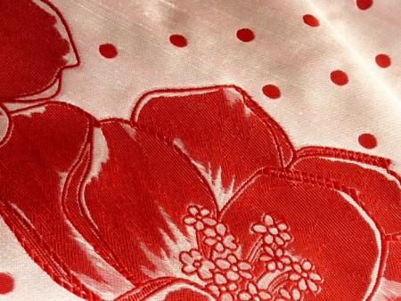 Damassé de soie doupionné avec motifs contrastés rouge et blanc